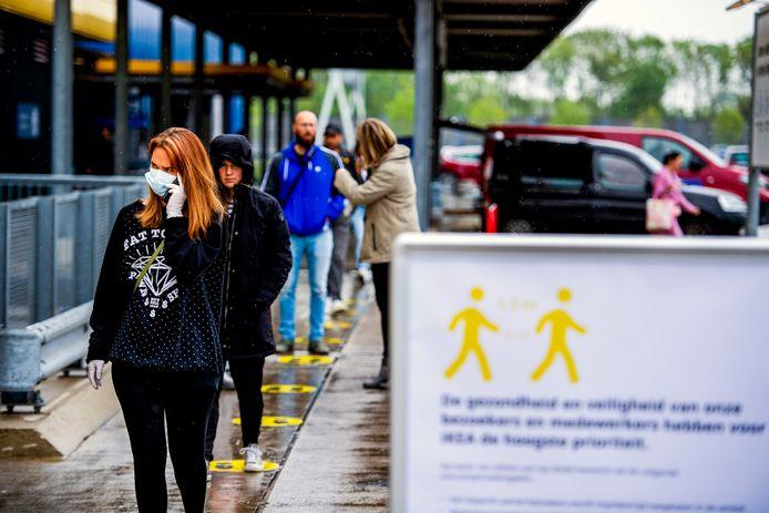 Een rij om de Ikea in Barendrecht weer in te komen na de sluiting.