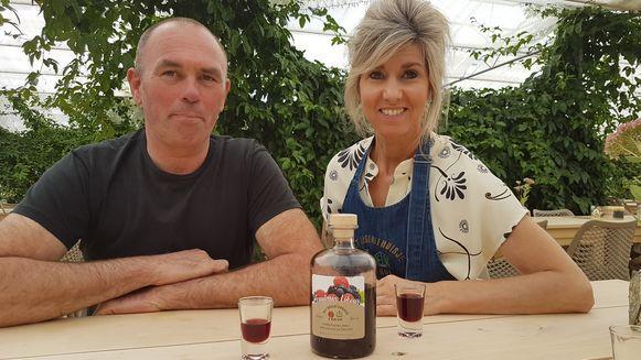 Jan en Linda Van Alphen met hun nieuwe likeur.