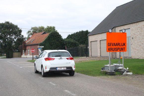 Een rotonde moet de gevaarlijke verkeerssituatie tussen Genelaar en Genebroek veiliger maken.