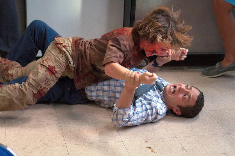 Elijah Wood (onder) en zombiekind in Cooties (Jonathan Milott en Cary Murnion, 2014). Beeld