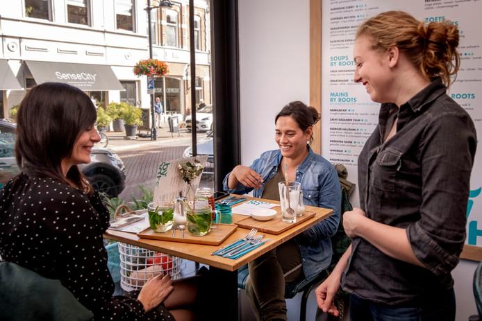 Libanees eten bij restaurant By Roots aan de Ginnekenweg in Breda.