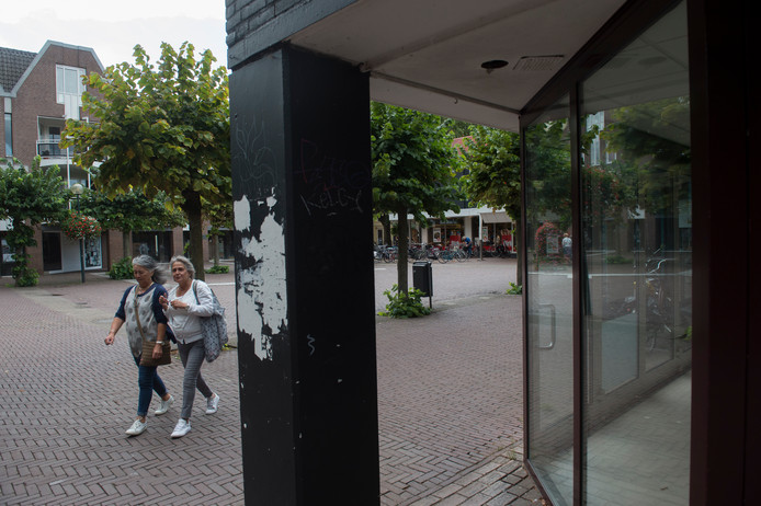 Foto archief. In het pand rechts op de op de foto zit inmiddels een Syrisch restaurant. Het Broederenplein, al jaren een problematisch gebied in de Deventer binnenstad met veel leegstand, krijgt weer kleur op de wangen.