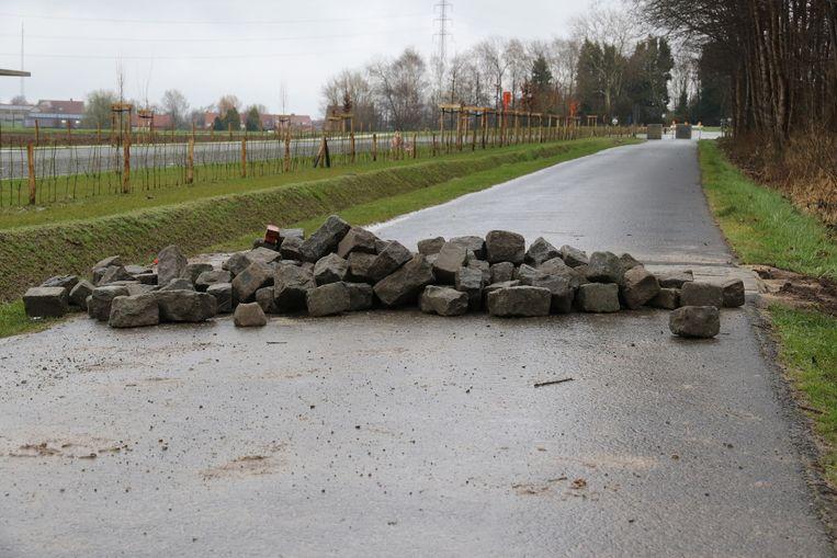 Door het heraanleggen van de verkeersdrempels is er drie weken lang geen doorgaand verkeer mogelijk in de straat.