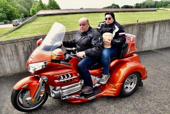 Christian Debrabandere en zijn partner Steffi reden op hun trike met de urne naar de strooiweide.