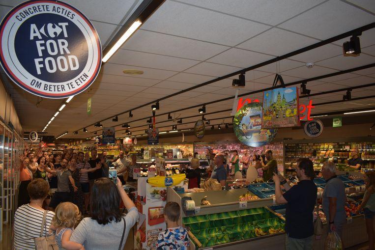 De flashmob lokte veel kijklustigen in de supermarkt