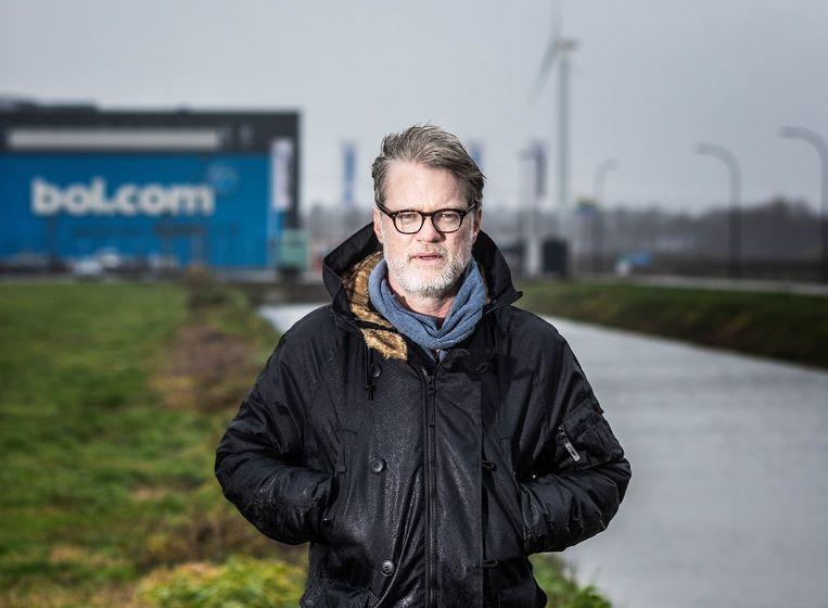 Jeroen van Bergeijk voor het distributiecentrum van Bol.com in Waalwijk, waar hij in 2018 vijf weken undercover werkte als magazijnmedewerker. Recentelijk ging hij aan de slag bij de klantenservice van Wehkamp.  Beeld Jiri Büller