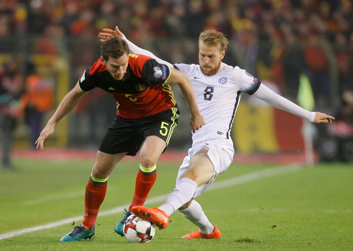 Henri Anier namens Estland in duel met de Belgisch international Jan Vertonghen