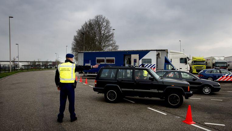Medewerkers van de marechaussee controleren het verkeer bij grensovergang Hazeldonk. Beeld anp