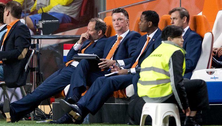 Assistent-trainer Danny Blind, bondscoach Louis van Gaal , Assistent-trainer Patrick Kluivert en keeperstrainer Frans Hoek op de bank bij Oranje. Beeld anp