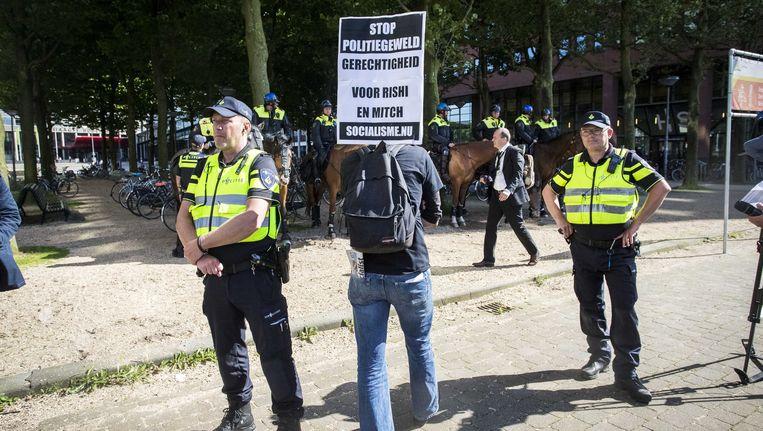 Politie voor treinstation Den Haag Holland Spoor vooraf een demonstratie tegen politiegeweld in juni, precies een jaar na de dood van Mitch Henriquez Beeld anp