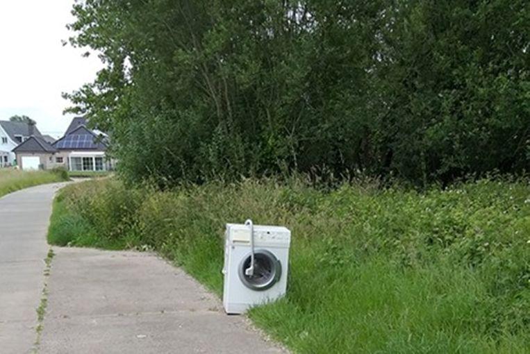 Langs de Dheerselweg werd een wasmachine achtergelaten.