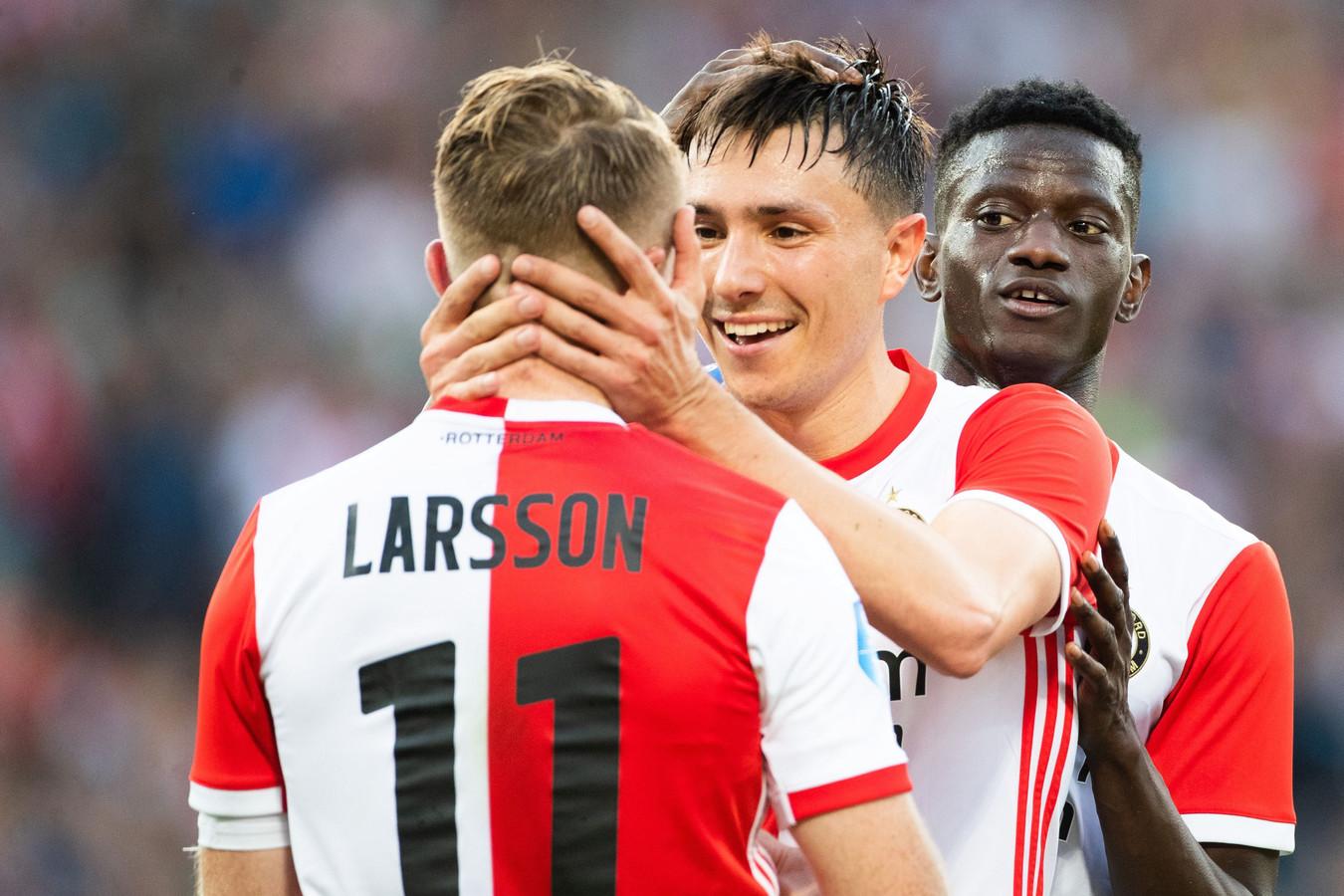 Steven Berghuis omhelst Sam Larsson na diens goal.