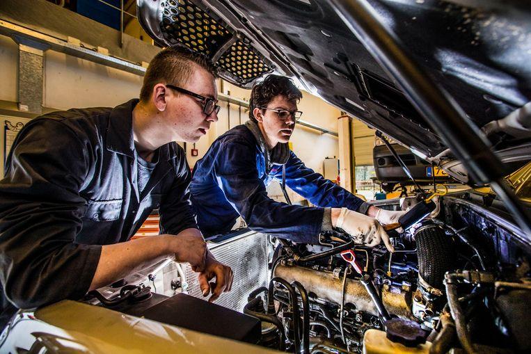 Opleiding autotechniek Aventus in Apeldoorn. Leerlingen aan het monteren. Beeld Hollandse Hoogte