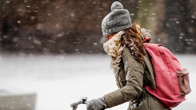 Vrijdag is het bewolkt en het regent soms. In de loop van de ochtend gaat de regen in het noorden over in (natte) sneeuw, vrijdagmiddag ook in het midden van het land. Beeld anp