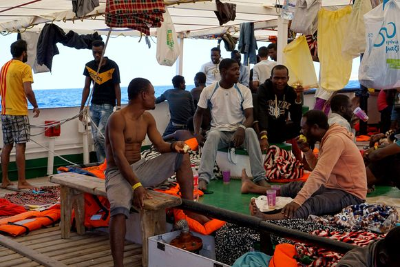 Er verblijven nog steeds een honderdtal mensen aan boord.