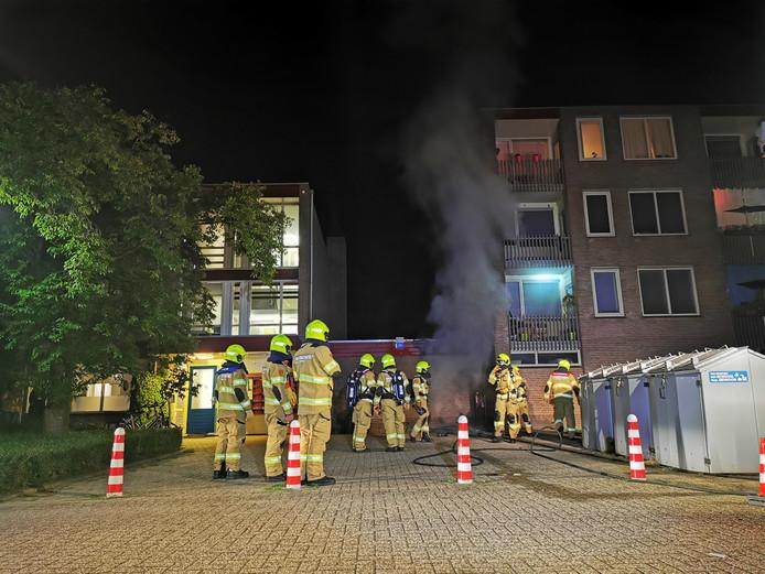 De brandweer in actie bij de flat in Zevenaar.