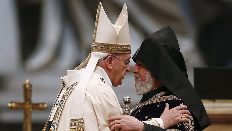 Paus Franciscus (L) omarmt de Catholicos van alle Armeniërs, Karekin II. Beeld Reuters