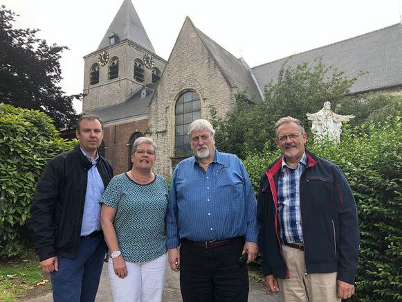 Schepen  van Openbare Werken Roel Anciaux, schepen Marie-Jeanne Thaelemans, pastoor Jan Lagae en Pol Aerts, voorzitter van de Kerkraad.
