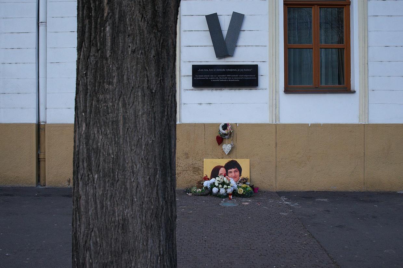 Een gedenkplaats voor journalist Jan Kuciak en zijn vrouw. De foto van het stel is iconisch geworden.