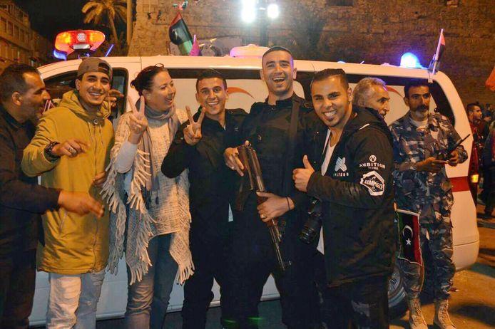 Yvonne Snitjer op straat met Libische vrienden