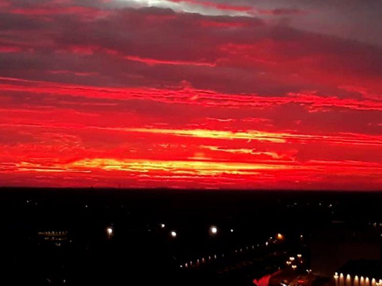 Waarom de lucht nu zo prachtig vuurrood kleurt