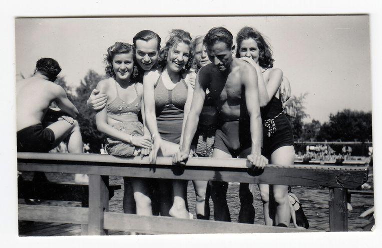 Duitse soldaten met Nederlandse meisjes in het zwembad van Doorn Beeld Collectie Gerard Groeneveld