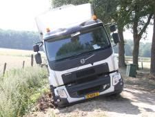 Vuilniswagen zakt weg in zand en blokkeert weg bij Holten