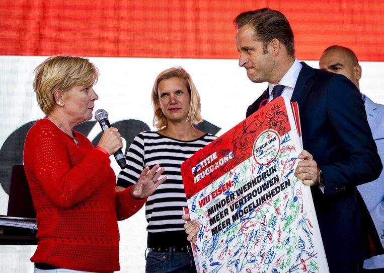 Minister Hugo de Jonge van VSW (Volksgezondheid, Welzijn en Sport) tijdens de staking in september van jeugdzorgwerkers.  Beeld ANP