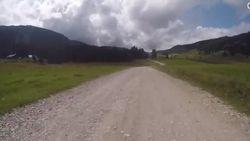 Deze twee kilometer lange grindweg moeten de renners in de Tour straks vrezen