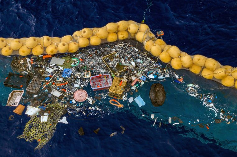 Mariene biologen reageerden allesbehalve enthousiast op de door The Ocean Cleanup verspreide foto waarop hun plasticvangst te zien is. Beeld AP