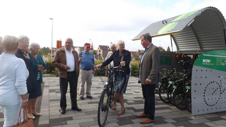 Schepen Dany Bosteels laat senioren kennismaken met de elektrische fietsen.