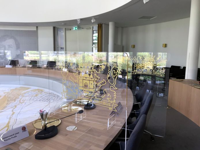 In de raadzaal zijn tussen alle plaatsen schermen geplaatst met het wapenschild van Gorinchem.