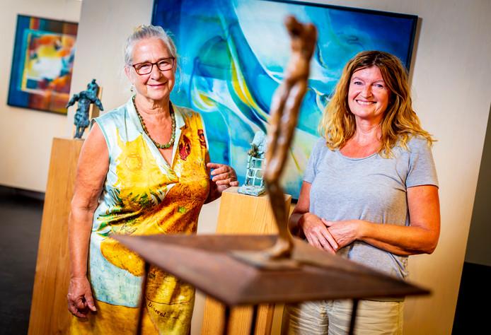 Jarenlang vriendinnen en weer een expositie met hun kunst: Nieuw-Lekkerlandse Annelies Dölle (l) en Bleskensgraafse Jolanda Riedijk (r) vinden hun samenwerking 'een feestje'.