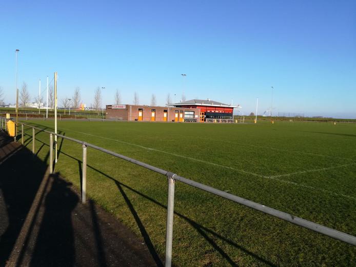 Op het veld van SC Oranje op sportpark De Bakenhof in Arnhem zijn de doelen weggehaald.