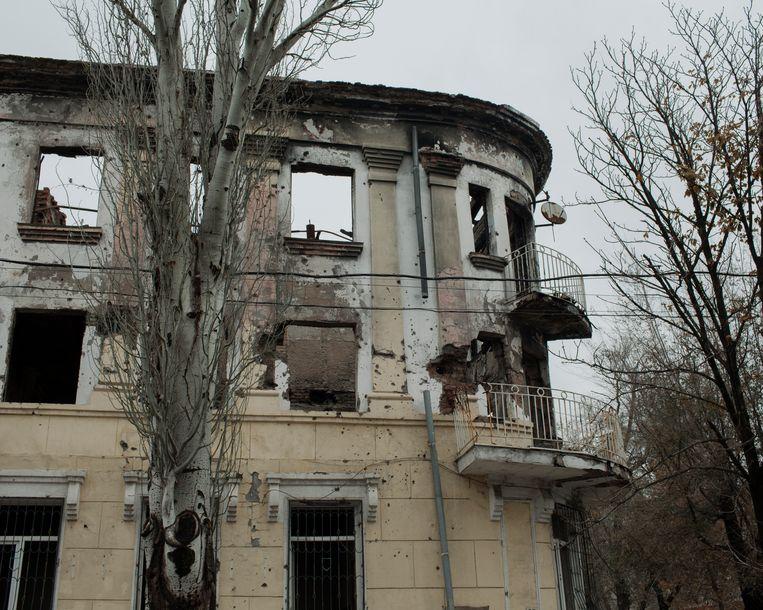 In het uitgebrande en verlaten politiebureau in Marioepol zijn nog de sporen te zien van de strijd met de pro-Russische separatisten in 2014. Beeld Emile Ducke