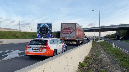 Politie haalt 9 transmigranten uit vrachtwagen die op weg was naar haven van Zeebrugge: gerecht onderzoekt of smokkelaars betrokken waren