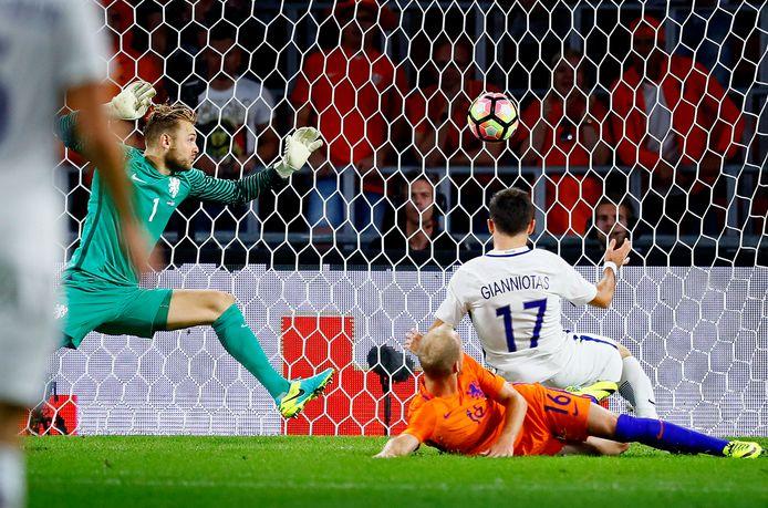 Giannis Gianniotas maakt de winnen goal voor Griekenland. De PSV'ers Jeroen Zoet en Jorrit Hendrix zijn verslagen.