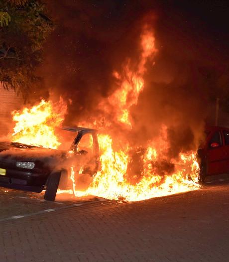 Gestolen auto brandt volledig uit aan Hesperenstraat in Tilburg