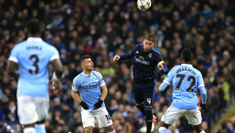 Real-verdediger Sergio Ramos kopt de bal weg tijdens het duel met Manchester City Beeld null