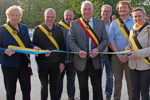 Het voltallige schepencollege van Opwijk, met burgemeester Albert Beerens, knipte het lintje van de nieuwe Borcht-site door.