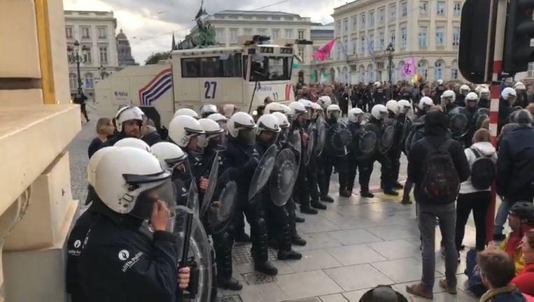 Politie maakt Koningsplein vrij.