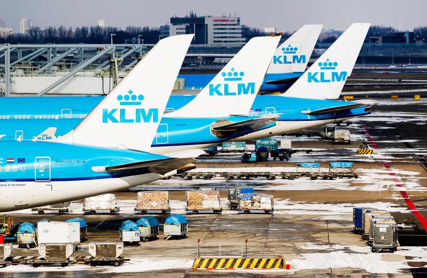 Vliegtuigen van KLM bij de gate op Schiphol.