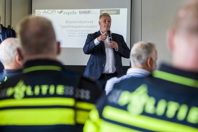 Gerrit van der Kamp van politiebond ACP tijdens een werkonderbreking bij het bureau in Alkmaar