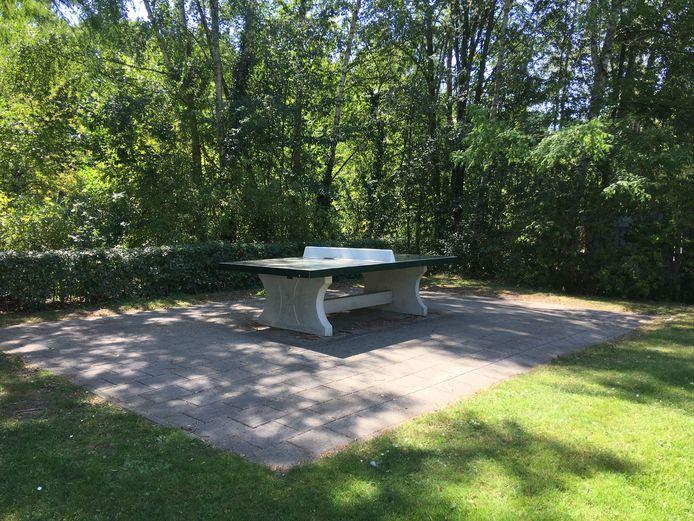 De tennistafel waaronder de man zich verstopte