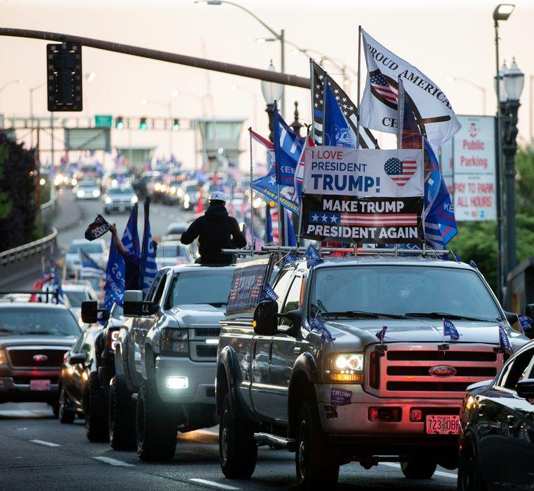Trump-aanhangers rijden in een grote karavaan door Portland. Beeld AP