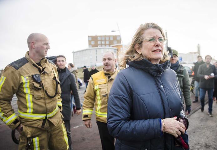 Burgemeester Pauline Krikke neemt in Scheveningen een kijkje in het gebied waar de schade is ontstaan door de door lucht vliegende vonken van het grote vreugdevuur op het strand bij Scheveningen.