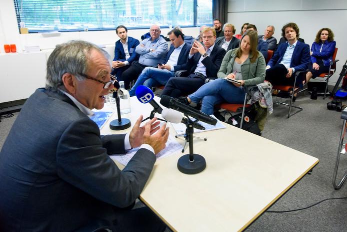 Pieter van Geel, tijdens de persconferentie donderdag in het Evoluon. Vierde van links op de voorste rij: Joost Meijs.