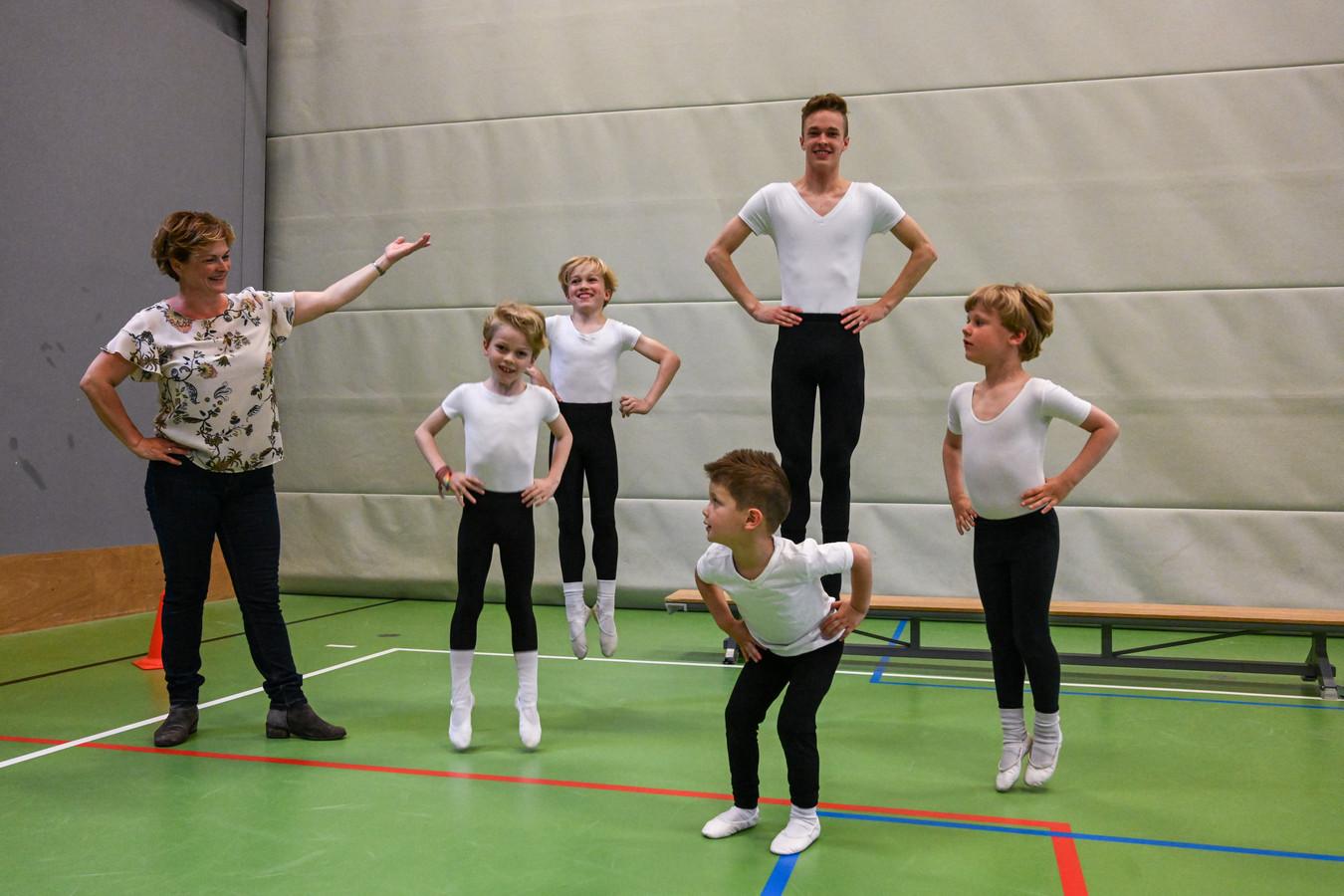 Bernice Zwijnenburg begroet weer jongens op haar Gelderse balletscholen. Onder wie haar zoon Jiri Vos.