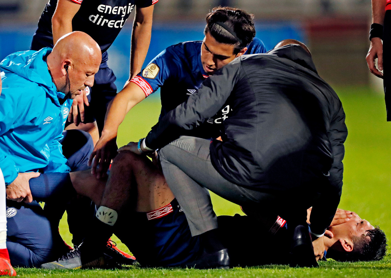 Een domper voor PSV: Lozano valt geblesseerd uit.