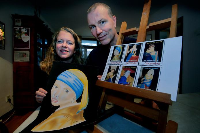 Meriska van Hof en Richard Koekkoek met de door hen ontworpen zegels.